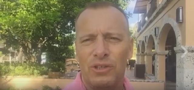 Na snímke z videa Boris Kollár reaguje na incident Petra Osuckého