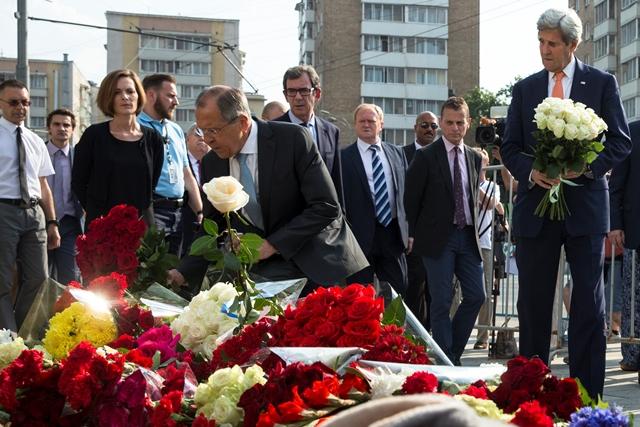 Americký minister zahraničných vecí John Kerry (vpravo) a ruský minister zahraničných vecí Sergej Lavrov kladú kvety za obete teroristického útoku z francúzskeho Nice pred francúzskym veľvyslanectvom v Moskve