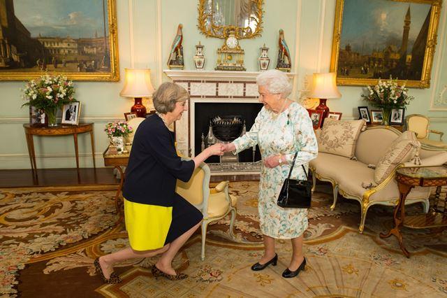 Na snímke nová šéfka britskej Konzervatívnej strany TheresaMayová (vľavo)prijala od kráľovnej Alžbety II. oficiálne poverenie na zostavenie novej vlády v Buckinghamskom paláci