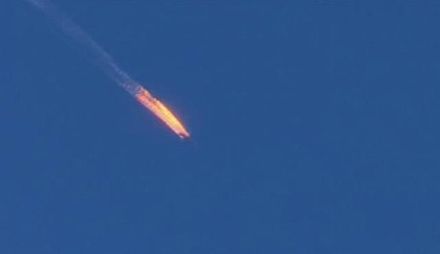 Na snímke zo záberu tureckej televízie Habertürk  je zostrelené ruské vojenské lietadlo v provincii Hatay v utorok 24. novembra 2015.