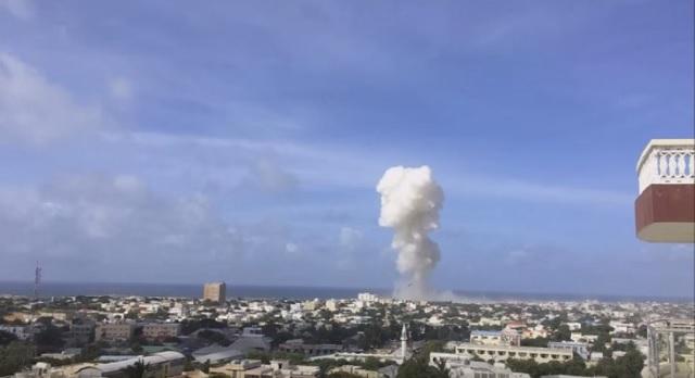 Na snímke z videa dym stúpa nad letiskom v somáslej metropole Mogadišo