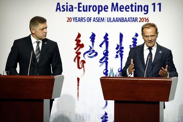 Na snímke vľavo predseda vlády SR Robert Fico, vpravo reční predseda Európskej rady Donald Tusk na 11. európsko-ázijskom summite ASEM v mongolskom Ulanbátare 16. júla 2016