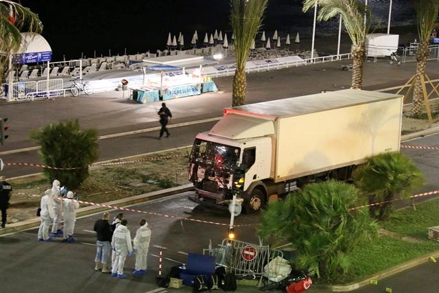 Na snímke policajní vyšetrovatelia skúmajú rozstrieľané nákladné auto na mieste teroristického útoku na promenáde v Nice