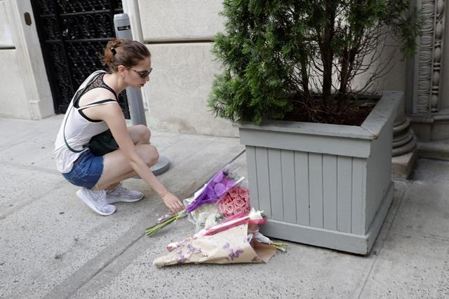 Na snímke  žena pokladá kvety za obete teroristického útoku z francúzskeho Nice