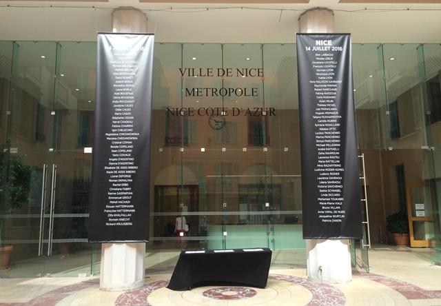 Plagáty s menami obetí teroristického útoku v Nice