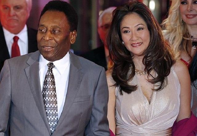 Legendárny 75- ročný  brazílsky futbalista Edson Arantes do Nascimento – Pele  a jeho manželka 50-ročná brazílska podnikateľka japonského pôvodu Mársia Sibele Aoki