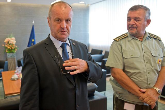 Na snímke minister obrany SR Peter Gajdoš (vľavo) a náčelník Generálneho štábu SR Milan Maxim (vpravo)