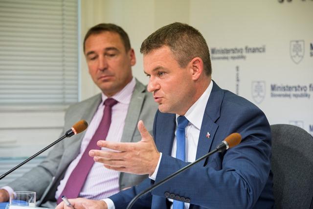 Na snímke vpravo podpredseda vlády SR pre investície a informatizáciu Peter Pellegrini a minister dopravy, výstavby a regionálneho rozvoja Roman Brecely (vľavo)