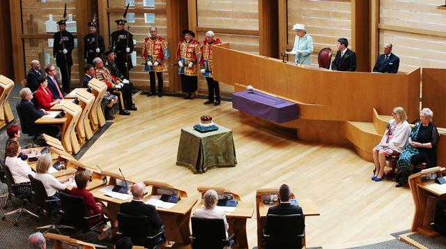 Na snímke britská kráľovná Alžbeta II. počas prejavu, ktorým otvorila piatu schôdzu škótskeho parlamentu v Edinburghu