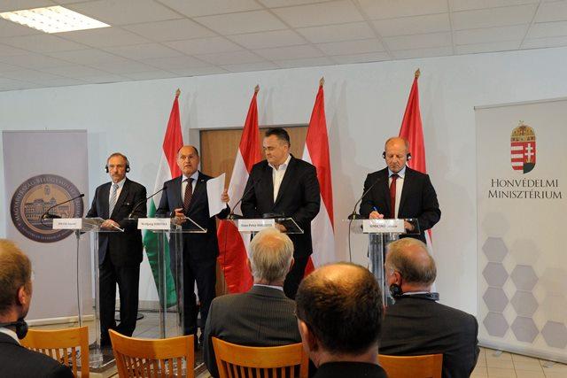 Na snímke zľava maďarský minister vnútra Sándor Pintér, rakúsky minister vnútra Wolfgang Sobotka, rakúsky minister obrany Hans Peter Doskozil a maďarský minister obrany István Simicskó
