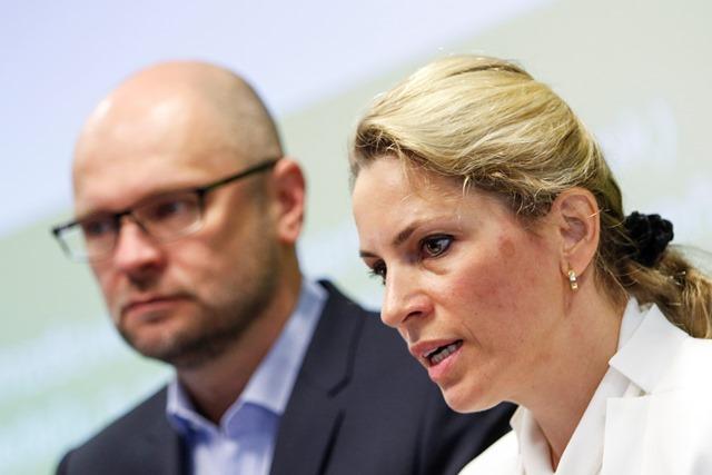 Na snímke zľava predseda SaS Richard Sulík a podpredsedníčka SaS Jana Kiššová