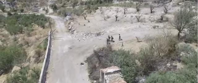 Na snímke z videa príslušníci armády