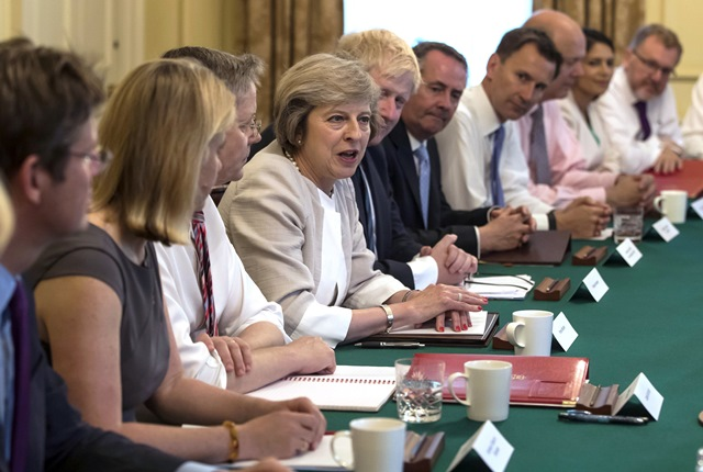 Na snímke britská premiérka Theresa Mayová (uprostred) na zasadnutí kabinetu na Downing Street 10 v Londýne