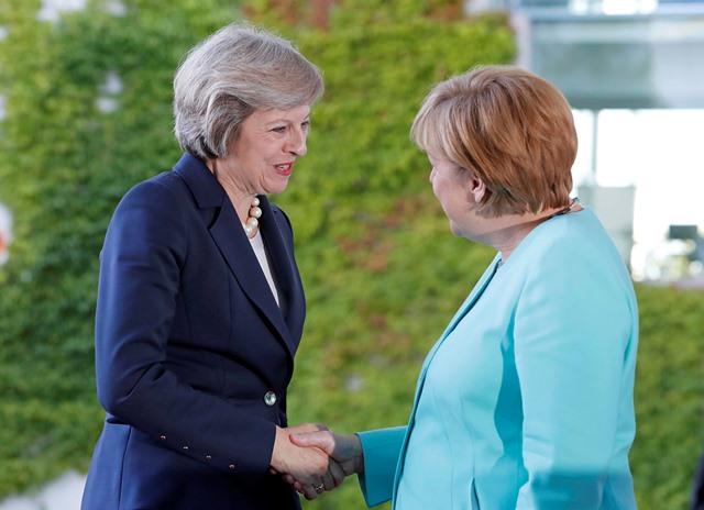 Na snímke nemecká kancelárka Angela Merkelová (vpravo) víta britskú ministerskú predsedníčku Theresu Mayovú