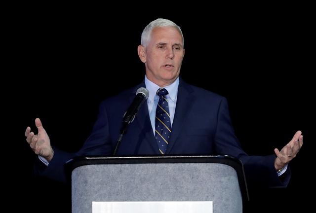 Na snímke guvernér Indiany Mike Pence