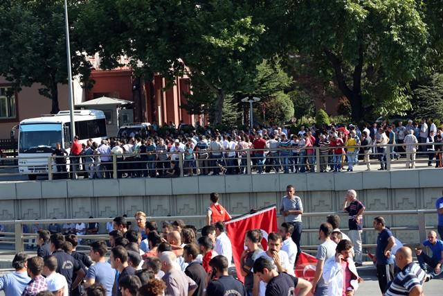 Na snímke ľudia sa zhromaž´dujú počas protestu proti prevratu v krajine pred budovou parlamentu