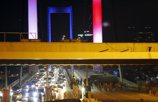 Na snímke tureckí vojaci na ikonickom moste, ktorý spája Bospor a Dardanely. V pozadí francúzska vlajka na znak solidarity s obeťami útoku v Nice