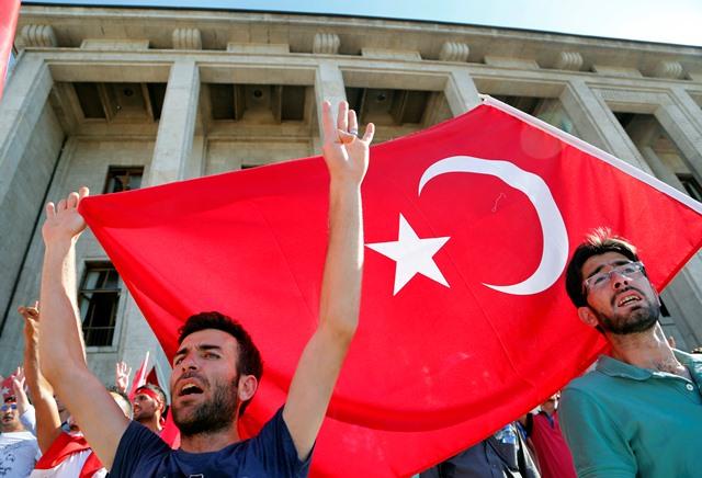 Na snímke ľudia mávajú tureckou vlajkou