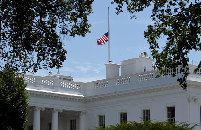 Na snímke americká zástava veje na pol žrde na streche Bieleho domu