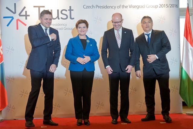 Na snímke zľava predseda vlády SR Robert Fico, predsedníčka vlády Poľska Beata Szydlová, predseda vlády ČR Bohuslav Sobotka a predseda vlády Maďarskej republiky  Viktor Orbán