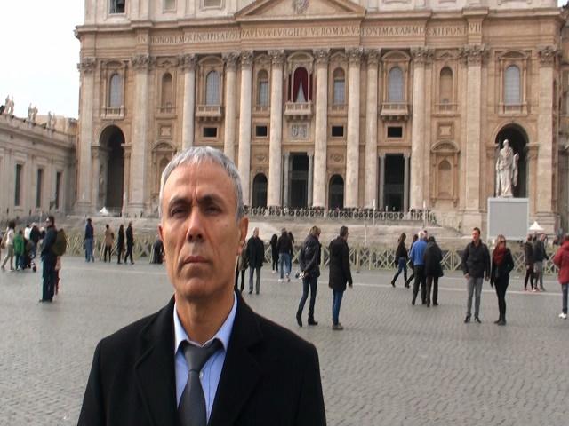 Na snímke z videa Turek Ali Agca stojí pred Bazilikou Sv. Petra vo Vatikáne
