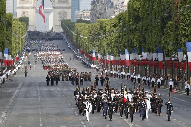 Slávnostnou vojenskou prehliadkou si dnes Francúzi pripomenuli sviatok dobytia Bastily, ktorý každoročne pripomína začiatok Veľkej francúzskej revolúcie z roku 1979.       Po bulvári Champs-Élysées pochodovalo viac ako 3000 vojakov a vojačiek a defilovalo približne 240 jazdcov na koňoch