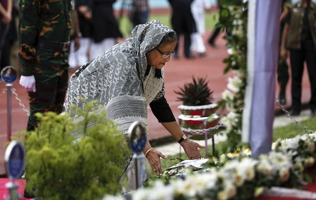 Bangladéšska premiérka Hasína Vadžídová si minútou ticha uctieva pamiatku obetí útoku na reštauráciu na Armádnom štadióne v Dháke 4. júla 2016. Bangladéš si dnes uctil pamiatku obetí útoku z 1. júla na reštauráciu v metropole Dháka, kde podozriví islamisti zabili 20 rukojemníkov a dvoch policajtov
