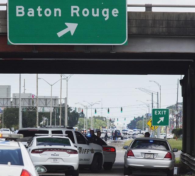 Policajti blokujú cestu po streľbe v meste Baton Rouge v americkom štáte Louisiana 17. júla 2016. Traja policajti zahynuli dnes pri streľbe v meste Baton Rouge v americkom štáte Louisiana a najmenej štyria ďalší utrpeli zranenia