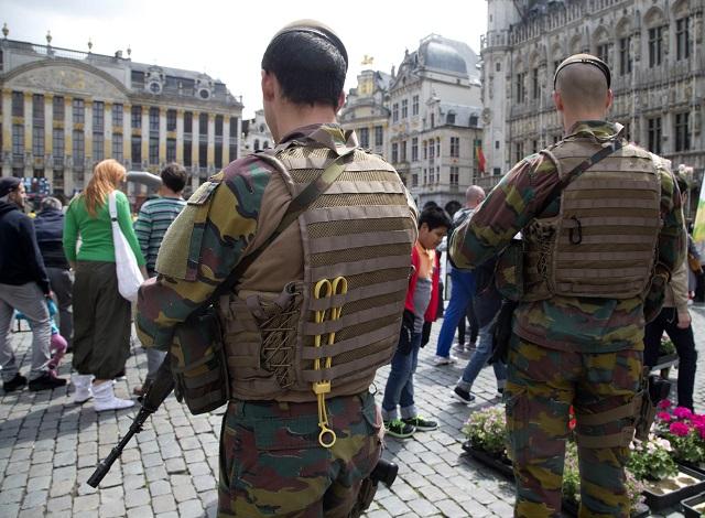 Na archívnej snímke belgickí vojaci hliadkujú v uliciach Brusela