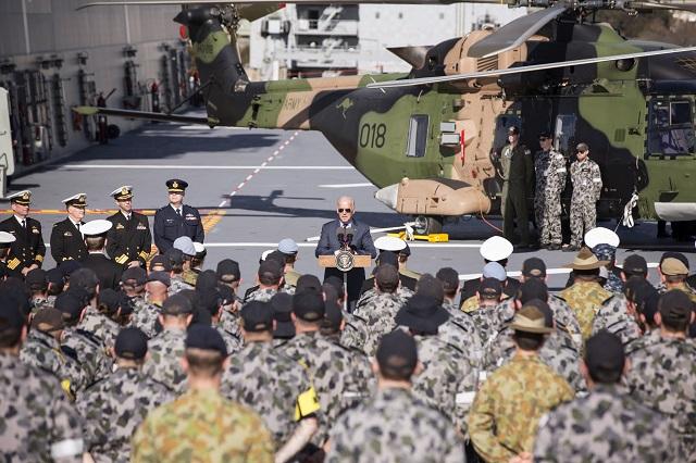 a snímke americký viceprezident Joe Biden reční na palube vojnovej lode po prílete do austrálskeho Sydney 19. júla 2016. Biden, ktorý je na turné po Tichomorí, sa zvítal aj s vojakmi na palube vojnovej lode a podal si ruku s veteránmi blízkovýchodných vojnových konfliktov