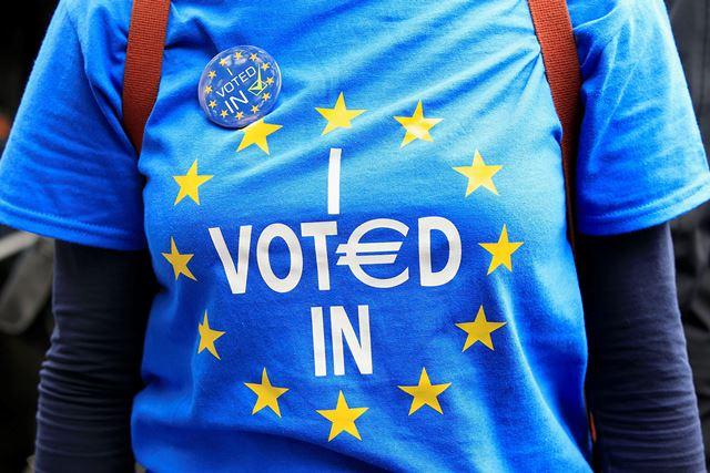 Na snímke odporkyňa brexitu sa účastní Pochodu za Európu v Londýne