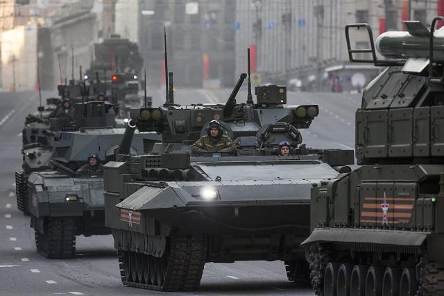 Na archívnej snímke kolóna nových obrnených vozidiel ruskej armády vrátane nového bojového vozidla pechoty Armata (v strede) počas skúšky na dlho očakávanú vojenskú prehliadku pri príležitostí víťazstva v II. svetovej vojne na Červenom námestí v Moskve