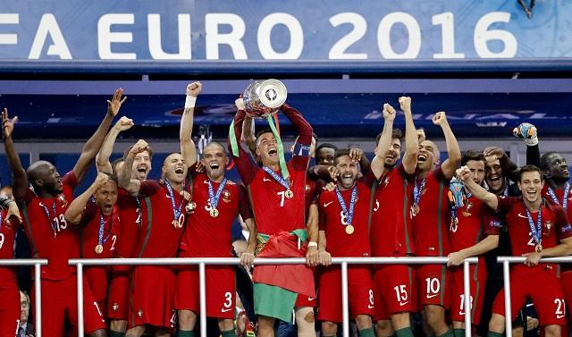 Na snímke uprostred portugalský útočník Cristiano Ronaldo oslavuje so spoluhráčmi s trofejou titul majstra Európy vo futbale vo francúzskom Saint Denies 10. júla 2016