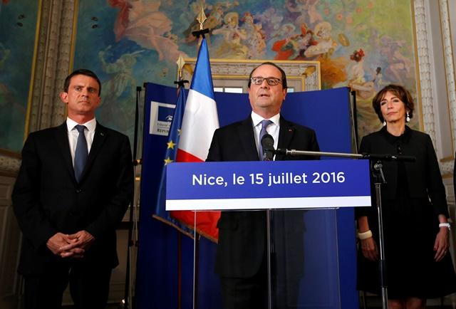 Na snímke francúzsky prezident Francois Hollande (uprostred), francúzsky premiér Manuel Valls (vľavo) a francúzska ministerka zdravotníctva Marisol Touraine