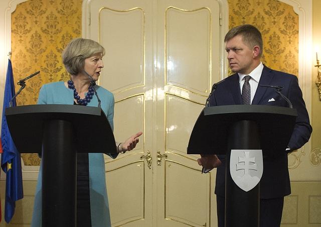 Predseda vlády SR Robert Fico (vpravo) prijal 28. júla 2016 predsedníčku vlády Spojeného kráľovstva Veľkej Británie a Severného Írska Theresu Mayovú (vľavo) v priestoroch Úradu vlády SR v Bratislave. Na snímke počas tlačovej konferencie