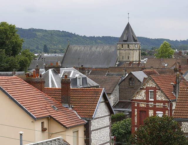 a snímke pohľad na kostol vo francúzskom meste Saint-Étienne-du-Rouvray, v ktorom útočníci podrezali 84-ročného kňaza počas rukojemníckej drámy v utorok 26. júla 2016