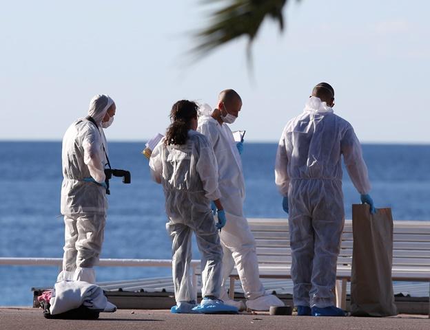 Na snímke forenzní vyšetrovatelia francúzskej polície skúmajú stopy na promenáde v Nice