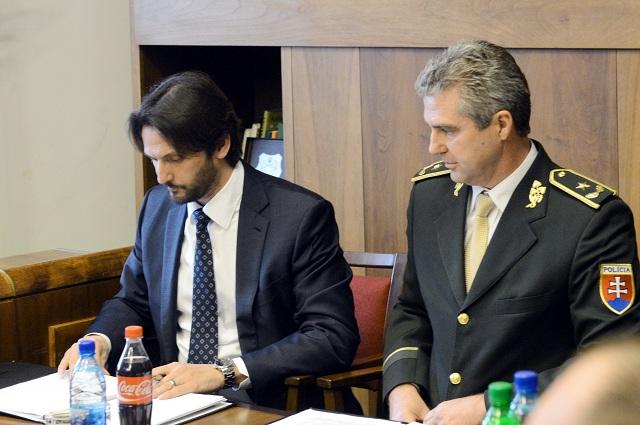 Na snímke podpredseda vlády a minister vnútra SR Robert Kaliňák (vľavo) a prezident Policajného zboru SR Tibor Gašpar