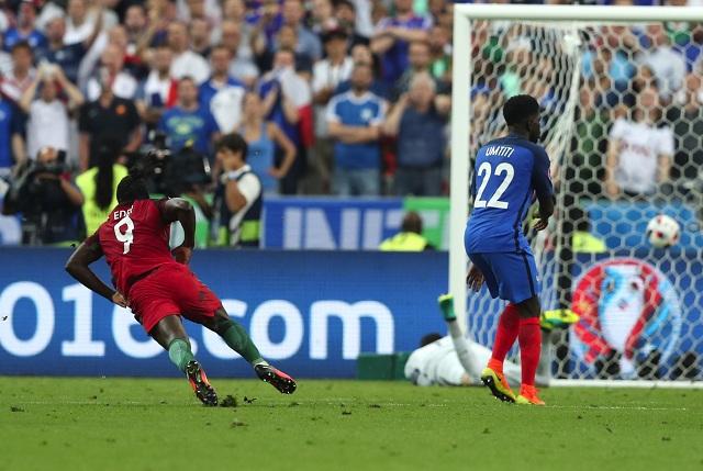 Na snímke vľavo portugalský útočník Eder strieľa víťazný gól vo finále ME vo futbale Portugalsko - Francúzsko v Saint Denis 10. júla 2016