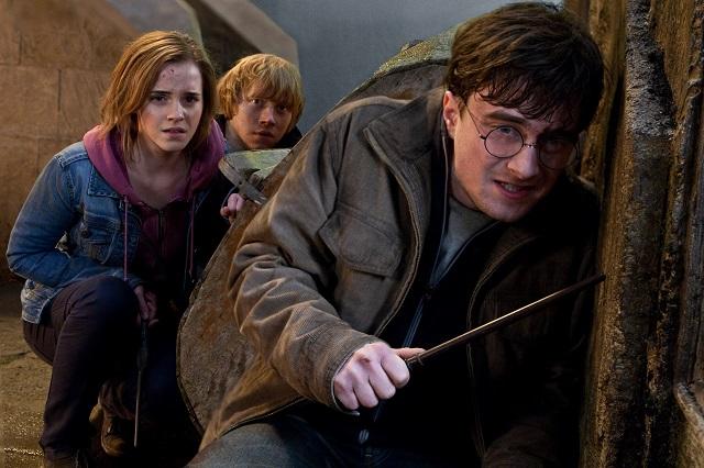 a snímke zľava Emma Watsonová, Rupert Grint a Daniel Radclife  v scéne  záverečného filmu zo slávnej série o čarodejníkovi : Harry Potter a Dary smrti II.