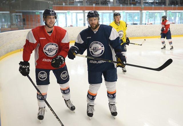 Na snímke zľava Radek Deyl a Jiří Bicek počas prípravy hokejistov HC Košice na ľade