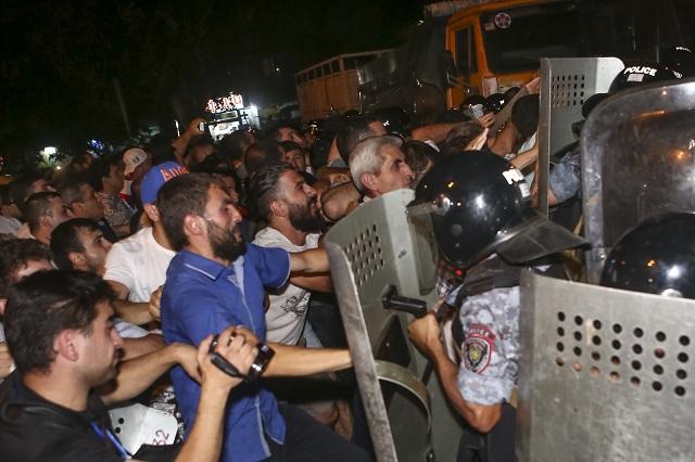Arménski protestujúci v kolízii s policajtami neďaleko policajnej stanice v Jerevane 20. júla 2016. Vyše 50 ľudí utrpelo zranenia pri násilných zrážkach neďaleko policajnej stanice v arménskom hlavnom meste Jerevan, kde ozbrojenci už piaty deň zadržiavajú rukojemníkov
