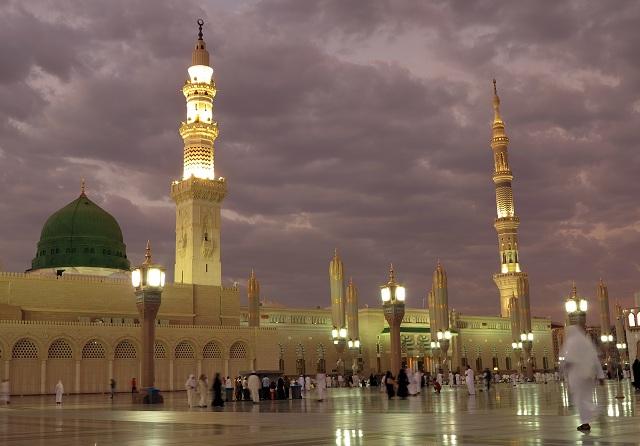 Na archívnej snímke z 5. júla 2013 pohľad na takzvanú Prorokovu mešitu v saudskoarabskej Medine. V blízkosti mešity v saudskoarabskej Medine sa 4. júla 2016 odpálil samovražedný atentátnik, informovala agentúra Reuters. Mŕtvych alebo zranených bezprostredne nehlásili. K výbuchu došlo pri mešite Masdžid an-Nabaví. Takzvaná Prorokova mešita je jednou z najväčších na svete a je druhým najposvätnejším miestom islamu. Krátko predtým hlásili dva výbuchy v meste Katíf na východe Saudskej Arábie, v ktorom žije šiitska menšina