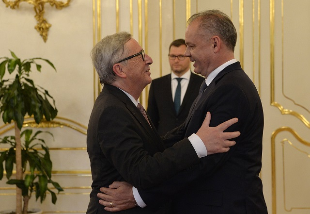 Na snímke predseda Európskej  komisie Jean-Claude Juncker (vľavo) a prezident SR Andrej Kiska