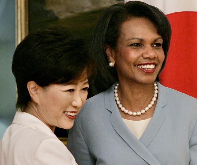 Na archívnej snímke Juriko Koikeová (vľavo) a Condoleezzoua Riceová