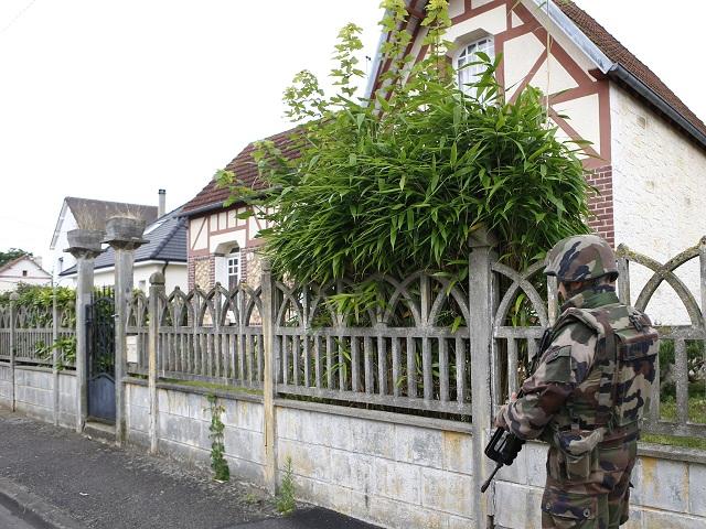 Na snímke francúzsky vojak hliadkuje neďaleko kostola vo francúzskom meste Saint-Étienne-du-Rouvray, v ktorom útočníci podrezali 84-ročného kňaza počas rukojemníckej drámy v utorok 26. júla 2016