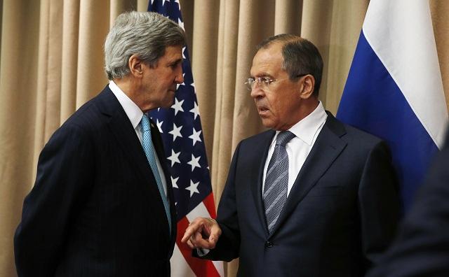 Na archívnej snímke šéf americkej diplomacie John Kerry a jeho ruský rezortný kolega Sergej Lavrov