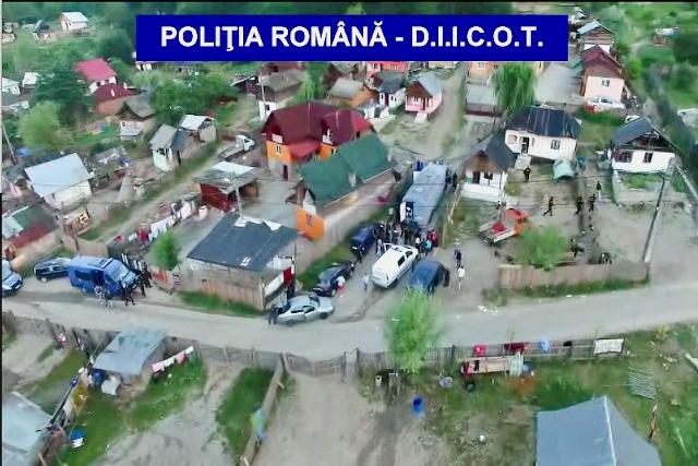 Na videosnímke rumunskej polície príslušníci špeciálnej policajnej jednotky počas rozsiahlej razie