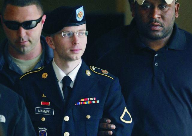 Na archívnej snímke bývalý americký vojak Bradley Manning teraz už Chelsea Elizabeth Manningová. Na archívnej snímke z 20. augusta 2013 bývalý americký vojak Bradley Manning je eskortovaný do bezpečnostného vozidla po jeho vypovedaní pred súdom vo Fort Meade. Bývalému americkému vojakovi Bradleymu Manningovi, ktorý si odpykáva 35-ročný trest za odovzdanie tajných dokumentov z bojových operácií serveru WikiLeaks, súd umožnil zmeniť si meno na ženské