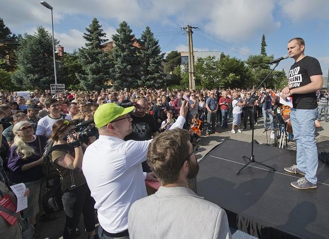 Na archívnej snímke predseda SaS Richard Sulík (v zelenej šiltovke) a predseda strany OĽaNO-NOVA Igor Matovič (vpravo) počas protestného zhromaždenia občanov, ktoré pred obytným komplexom Bonaparte v Bratislave zorganizovala opozícia